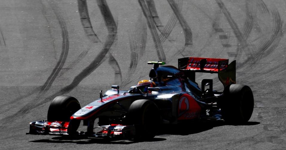 Lewis Hamilton contorna uma das curvas do circuito de Albert Park
