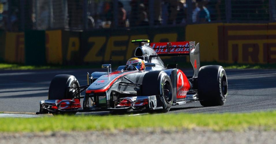 Lewis Hamilton pilota sua McLaren pelo circuito de Albert Park
