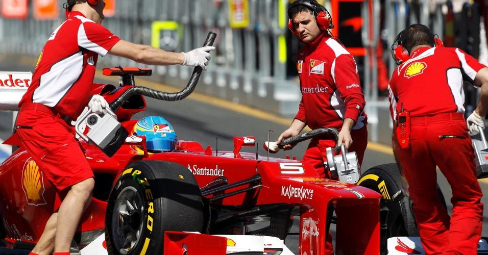 Mecânicos da Ferrari recolhem o carro de Fernando Alonso em Albert Park