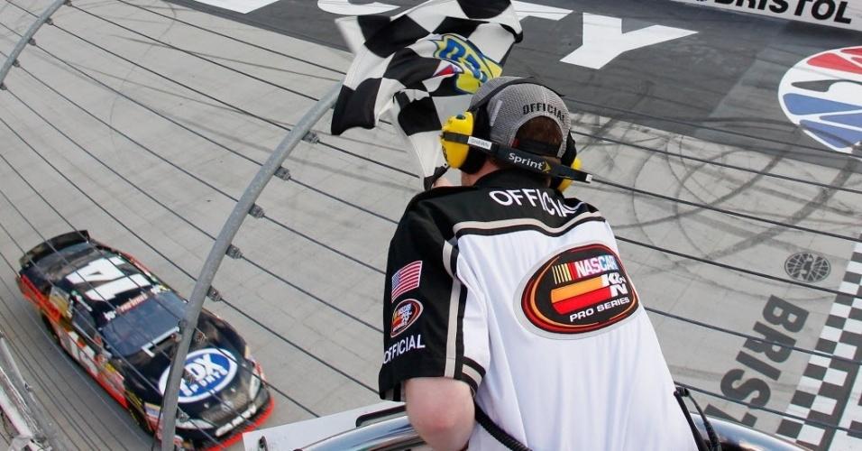Nelsinho Piquet recebe a bandeirada e conquista sua primeira vitória na Nascar, na etapa de Tennessee (EUA)