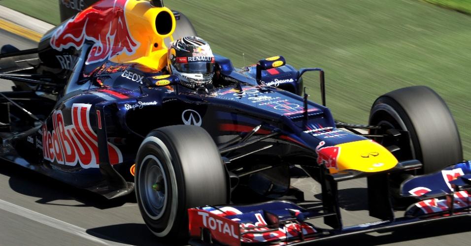 Sebastian Vettel acelera sua Red Bull pelo circuito de Albert Park
