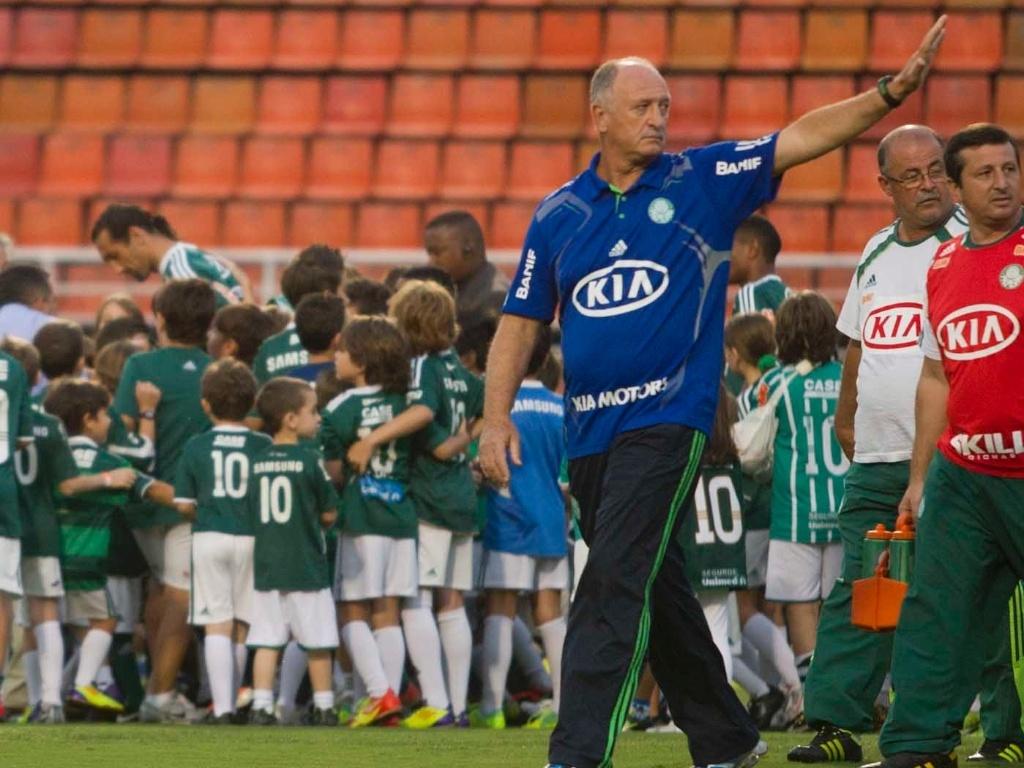 Treinado Luiz Felipe Scolari acena para torcida na entrada do Palmeiras
