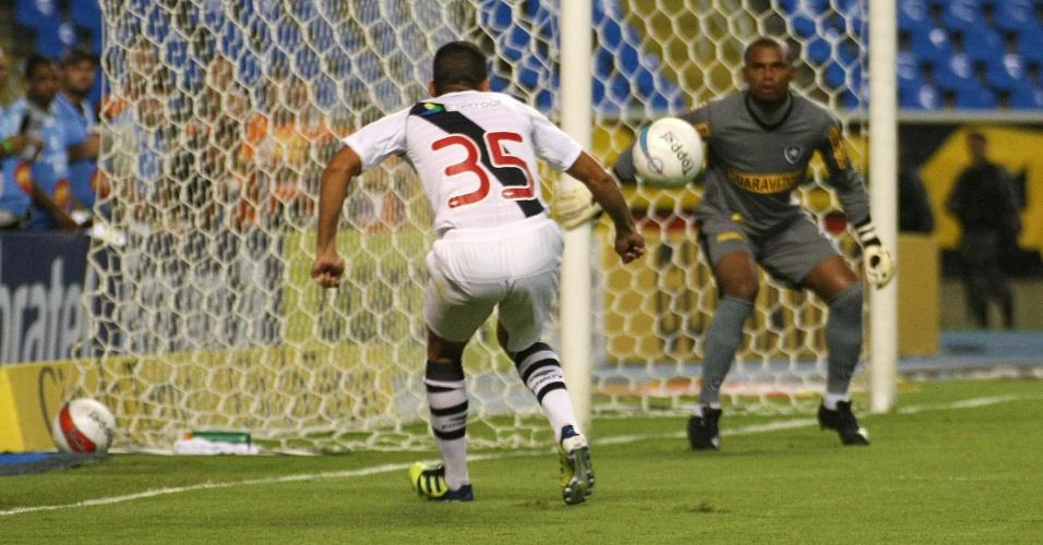 Allan, do Vasco, recebe a bola e tenta lance perto do gol de Jefferson no clássico contra o Botafogo