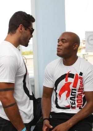 Anderson Silva (dir.) conversa com Yuri, ex-BBB, que também participou do evento. ?Está sendo incrível ter contato com eles. Estou realizando um sonho. Nem estou acreditando ainda