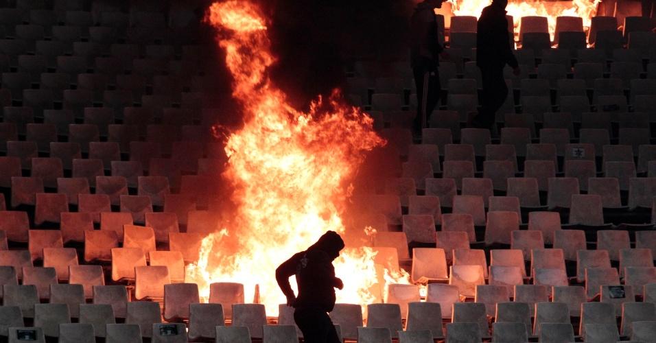 Clássico grego entre Panathinaikos e Olympiakos foi encerrado com o confronto entre torcedores e polícia
