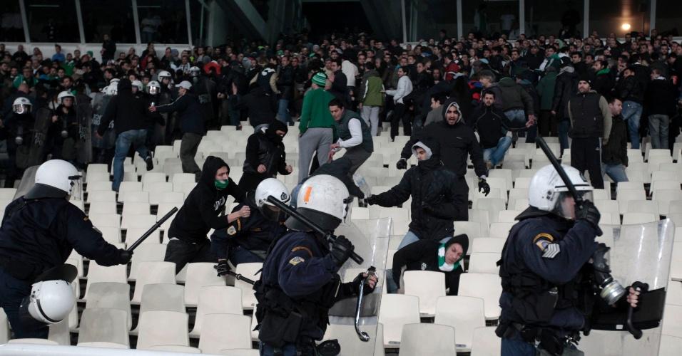Clássico grego entre Panathinaikos e Olympiakos terminou com o confronto entre torcedores e polícia
