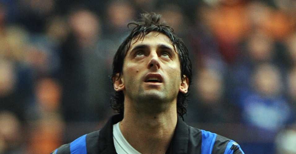 Diego Milito, da Inter de Milão, lamenta após perder pênalti em jogo do Campeonato Italiano contra o Atalanta