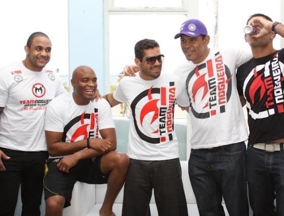 Ex-BBB, Yuri (centro), posa ao lado de Anderson Silva e Minotouro