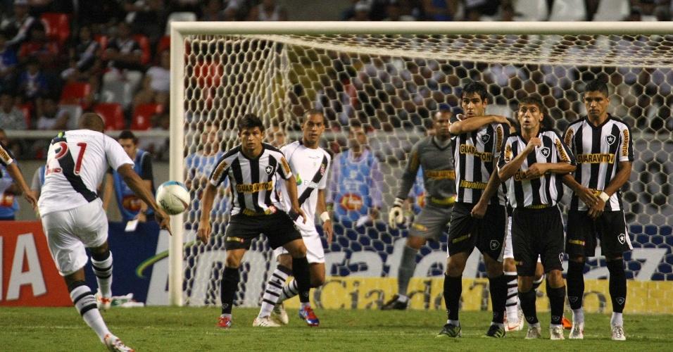 Felipe Bastos cobra falta e marca um gol para o Vasco em duelo contra o Botafogo