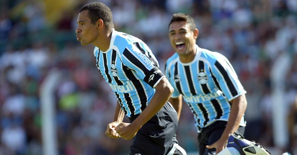 Gilberto Silva comemora gol pelo Grêmio na partida contra o Veranópolis, pelo Gaúcho