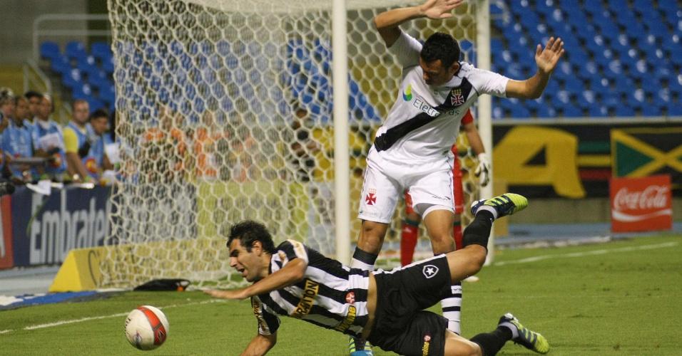 Herrera é derrubado por zagueiro do Vasco durante clássico no Engenhão, pela Taça Rio