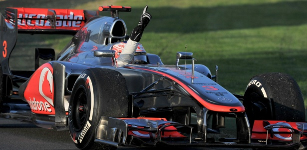 Button comemora após cruzar a linha de chegada e vencer o GP da Austrália