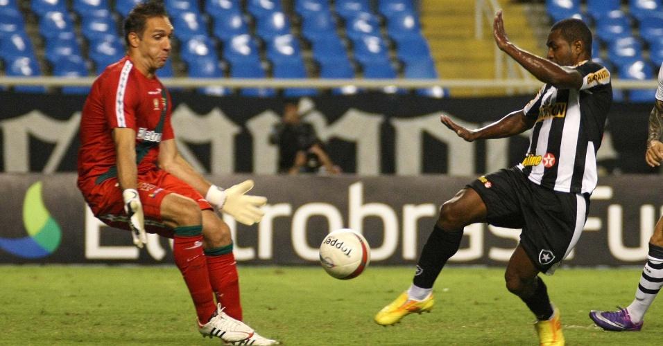 Jobson tenta lance na frente do goleiro Fernando Prass durante o segundo tempo do clássico no Engenhão