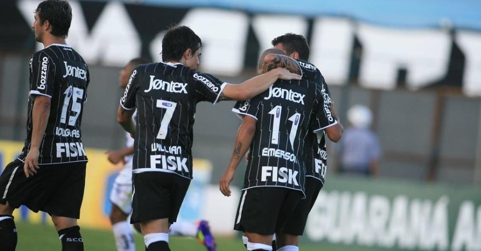 Jogadores do Corinthians celebram empate após o time sair perdendo para o Comercial