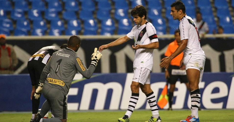 Juninho Pernambucano e Diego Souza discutem com o goleiro Jefferson, do Botafogo, em clássico no Engenhão