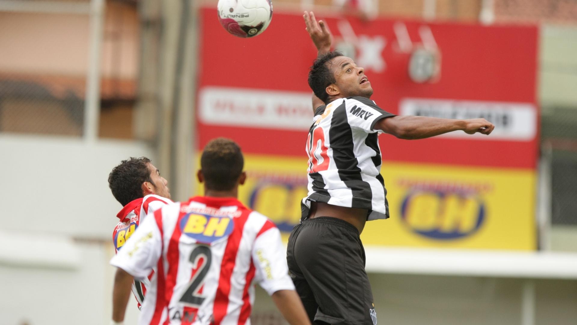 Mancini disputa bola em jogo do Atlético-MG contra o Vila Nova, pelo Campeonato Mineiro