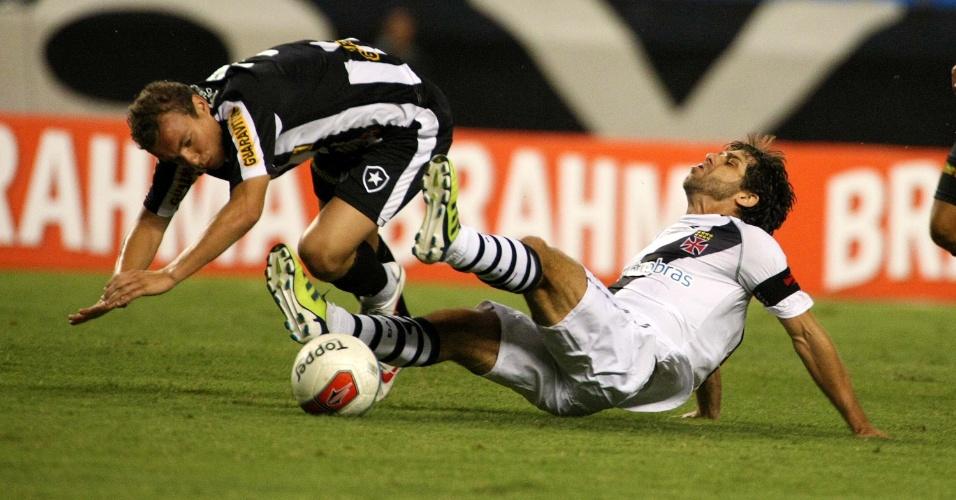Marcelo Mattos e Juninho Pernambucano brigam pela bola durante clássico Botafogo e Vasco, no Engenhão