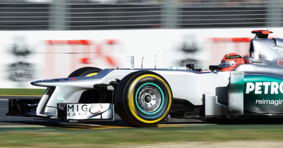 Michael Schumacher acelera sua Mercedes pelo circuito de Albert Park