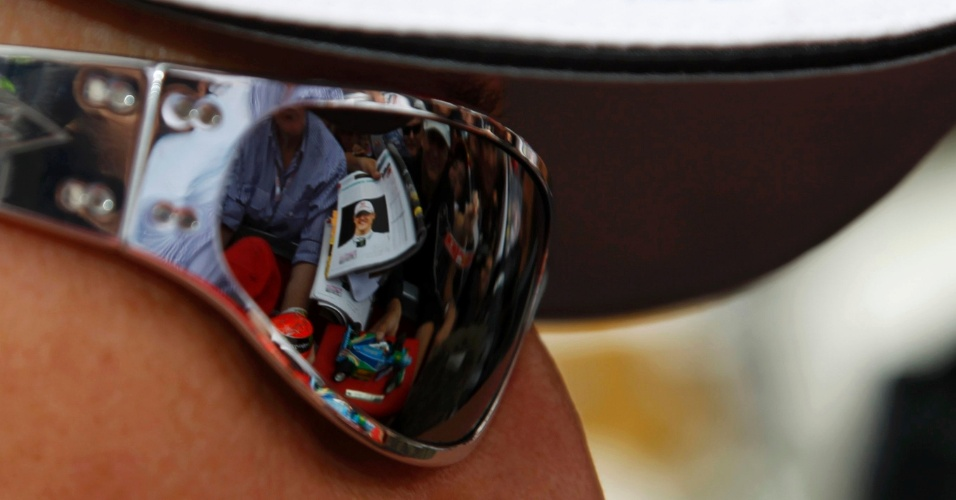 Michael Schumacher distribui autógrafos aos fãs antes do início do GP da Austrália
