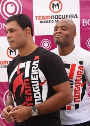 Minotauro (esq.) e Anderson Silva, foram alguns dos lutadores que estiveram na praia do Recreio, no Rio de Janeiro, em evento que reuniu mil pessoas.