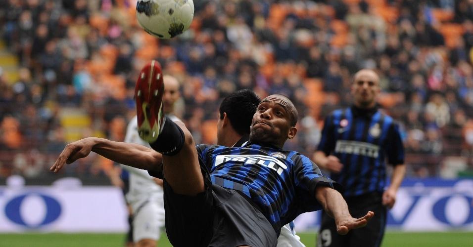 18.mar.2012 - O brasileiro Maicon, da Inter de Milão briga pela bola durante jogo contra a Atalanta pelo Campeonato Italiano