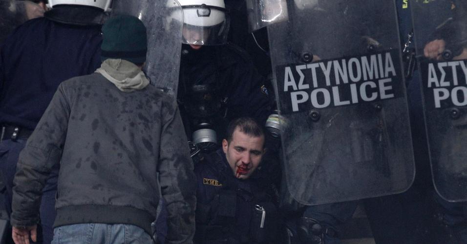 Policial fica ferido durante conflitos com torcedores no clássico entre Olympiakos e Panathinaikos