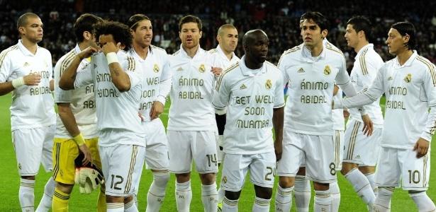 Real Madrid entra em campo contra o Málaga, pelo Espanhol, em dia de homenagens. Jogadores vestem camisas com apoio a