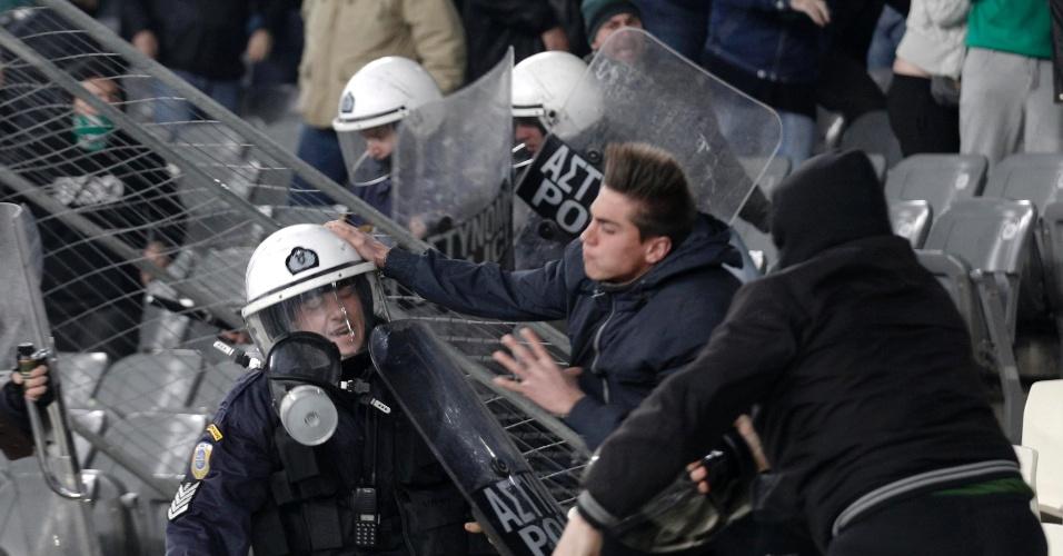 Torcedor do Panathinaikos entra em conflito com policiais gregos após clássico contra o Olympiakos