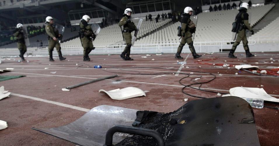 Torcedores chegaram a atirar assentos nos policiais durante confronto com a polícia