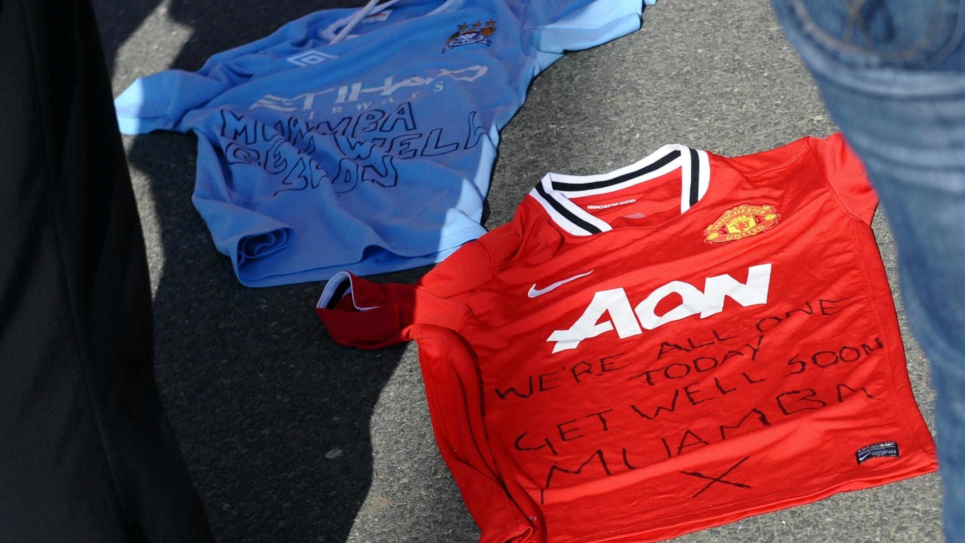 Torcedores levaram camisas dos rivais Manchester United e City com mensagens de apoio para Muamba