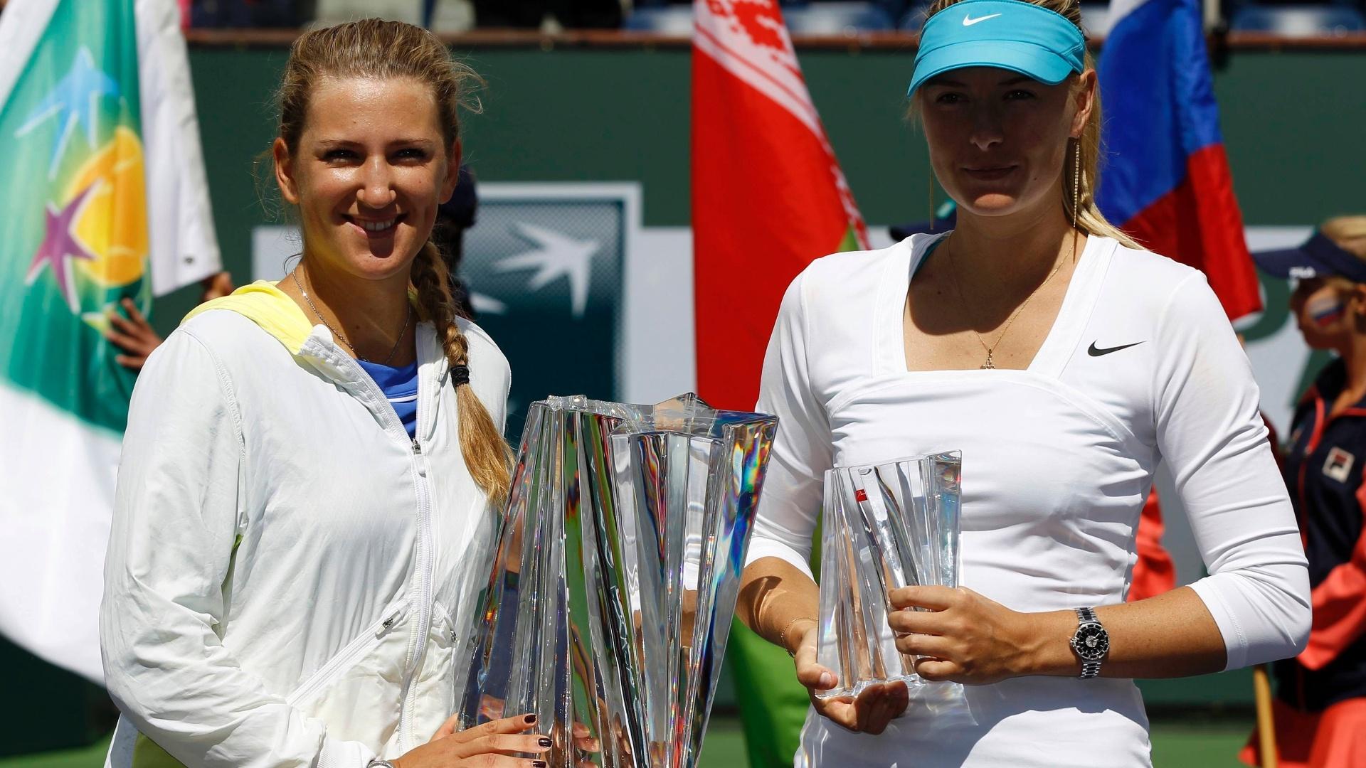 Victoria Azarenka (e.), da Bielorússia, e Maria Sharapova, da Rússia, posam com seus troféus em Indian Wells, Califórnia