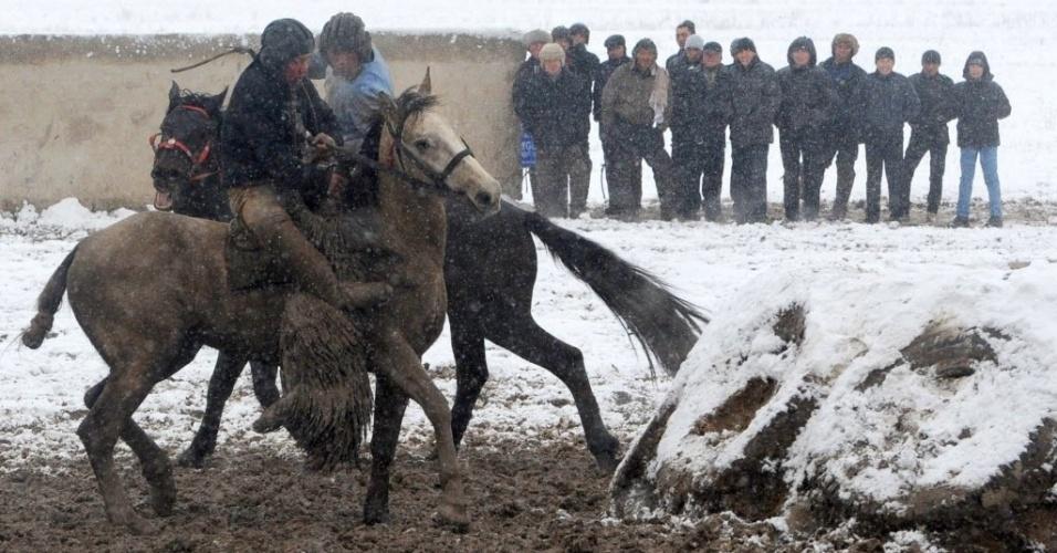 Apesar da neve no Quirguistão, atletas disputam Buzkashi em Bisqueque, capital do país asiático