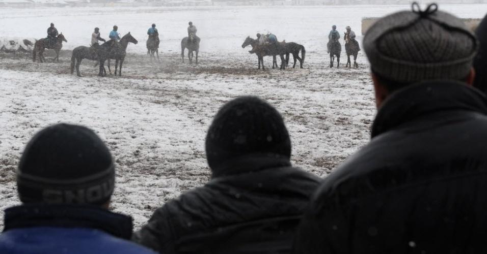 Apesar da neve, população do Quirguistão acompanhou de perto a partida de Buzkashi