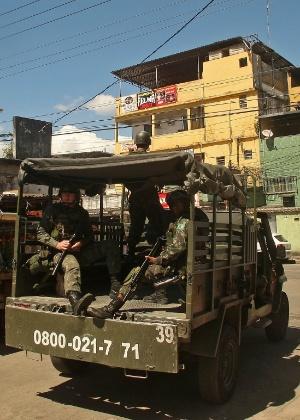 Militares da Força de Pacificação são os vigilantes da Vila Cruzeiro, no Rio de Janeiro - Daniel Ramalho/UOL