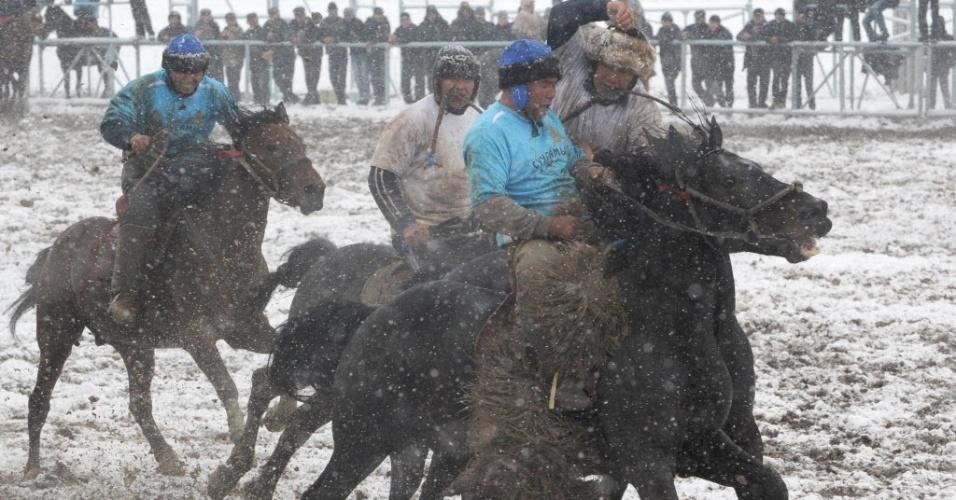 No esporte, uma espécie de pólo, os cavaleiros precisam agarrar uma carcaça de ovelha, livrar-se dos adversários e arremessá-la atrás de uma meta, barril ou círculo