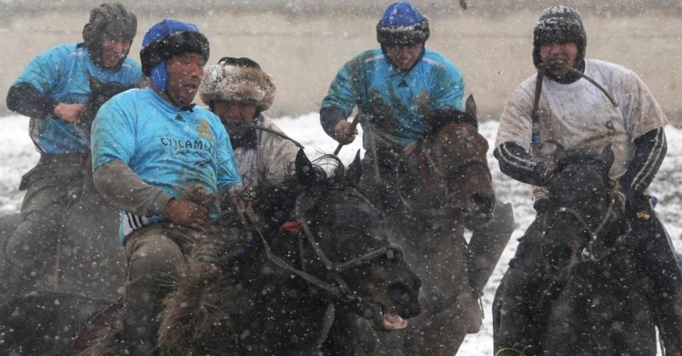 No Quirguistão, país da Ásia central, atletas disputam partida de Buzkashi, esporte popular na região