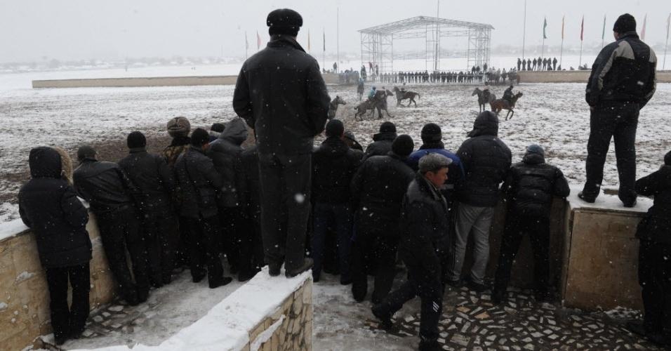 População do Quirguistão acompanha partida de Buzkashi em Busqueque, capital do país asiático