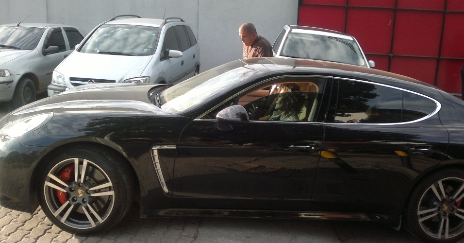 Ana Maria Braga chegou à Gávea em um carro de luxo