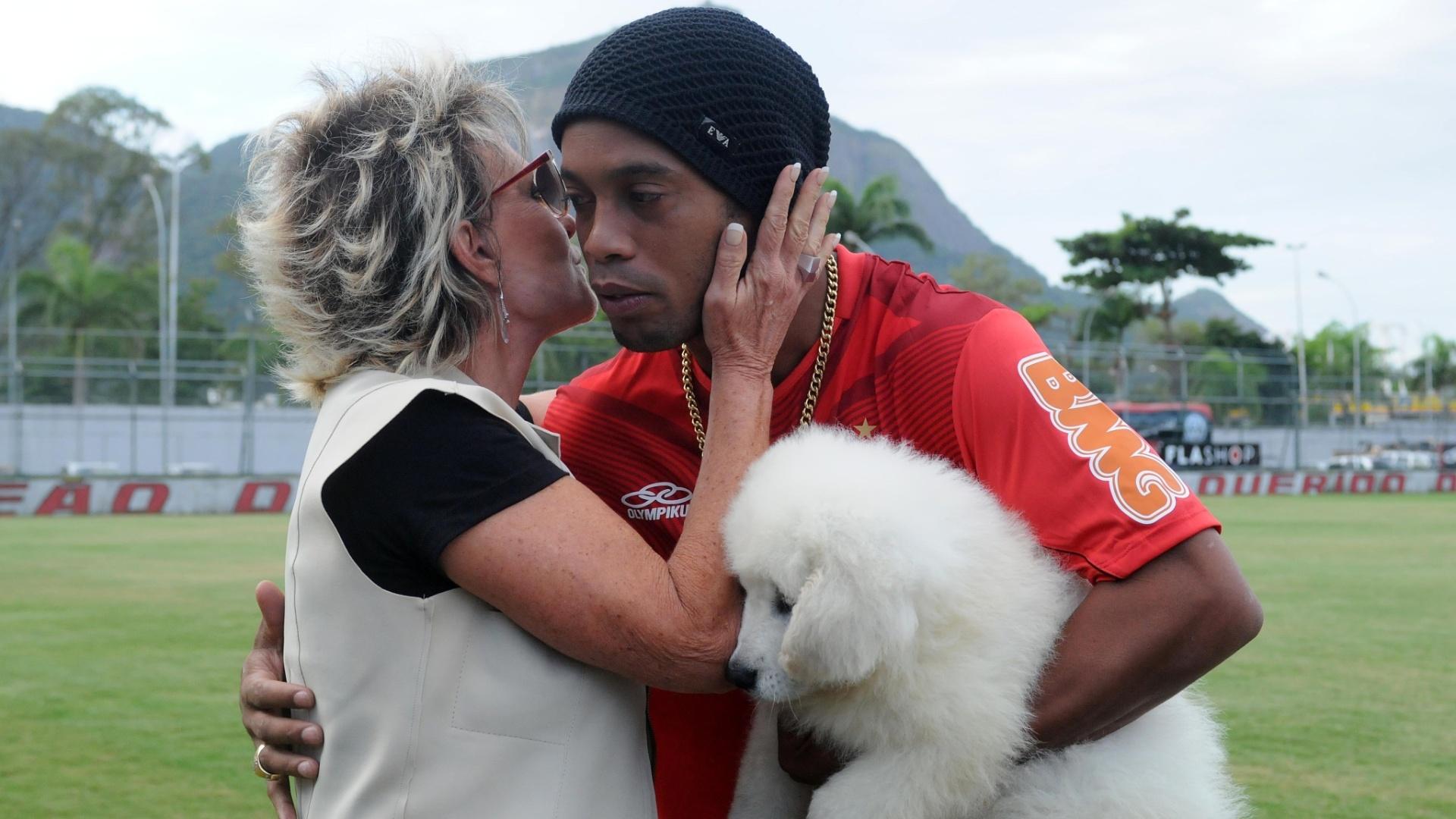 Ana Maria Braga cumprimenta Ronaldinho na véspera do aniversário do jogador