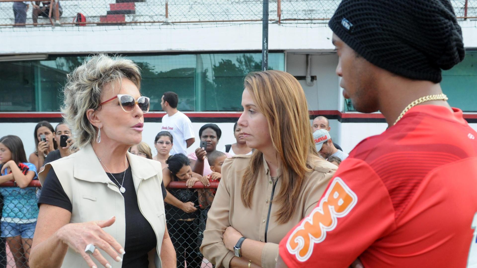 Ana Maria Braga, Patrícia Amorim e Ronaldinho Gaúcho conversam na Gávea