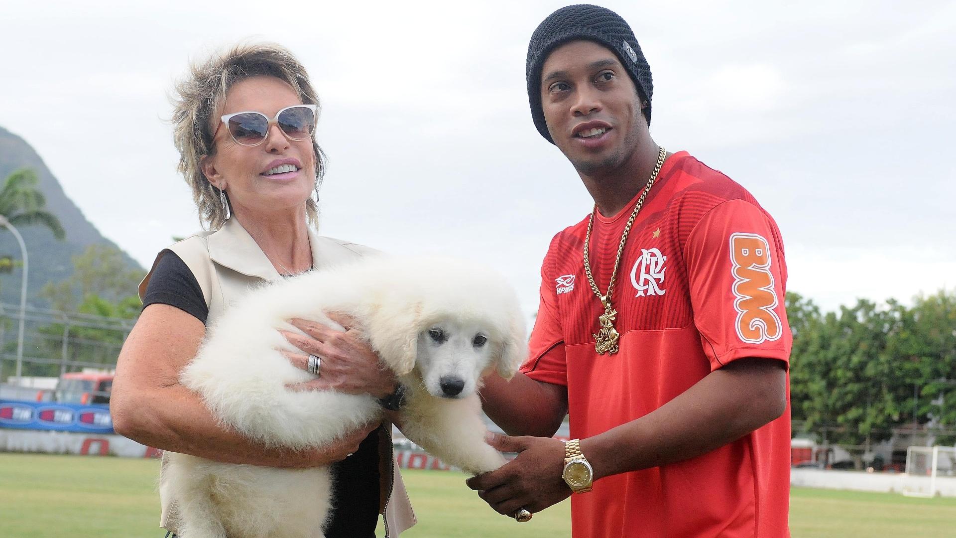 De presente de aniversário, Ronaldinho Gaúcho ganhou um cachorro da apresentadora