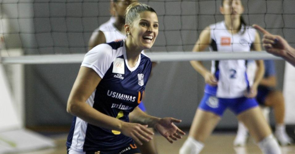 Mari Paraíba comemora ponto do Minas em partida da Superliga feminina