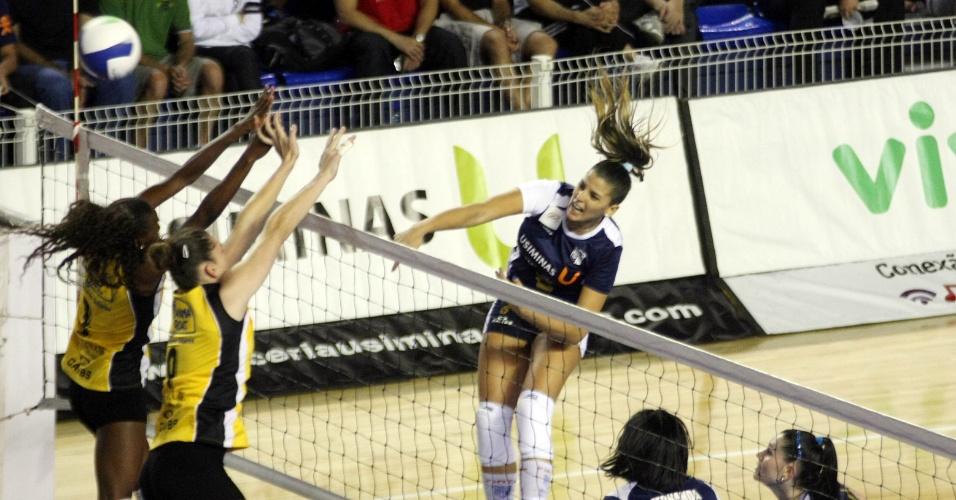 Mari Paraíba, do Minas, realiza ataque em partida da equipe durante a Superliga feminina