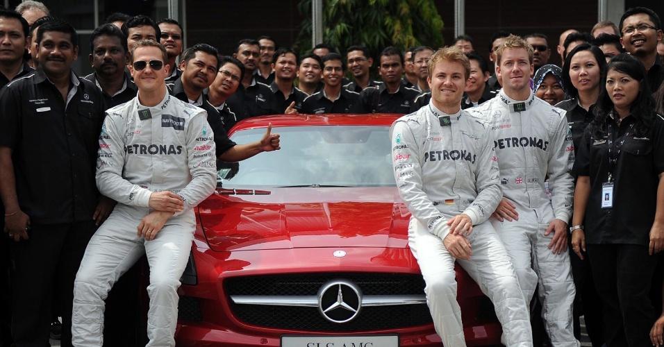Michael Schumacher e Nico Rosberg visitaram a fábrica da Mercedes na Malásia, onde será disputada a segunda etapa do Mundial de F-1