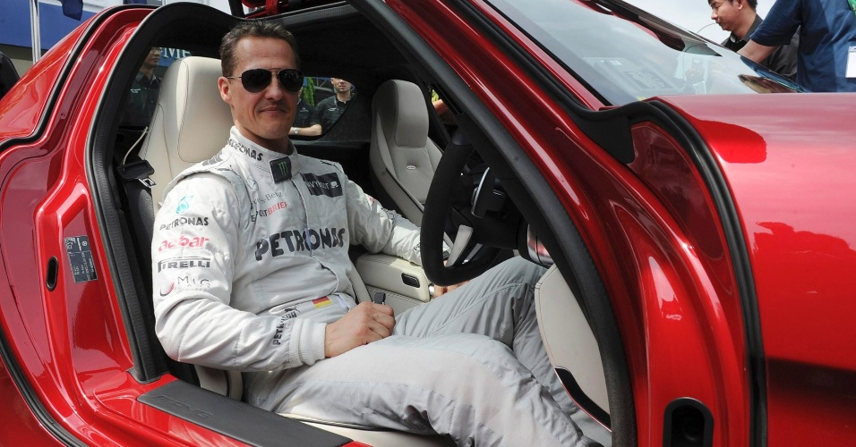 Michael Schumacher visitou a fábrica da Mercedes na Malásia, onde será disputada a segunda etapa do Mundial de F-1