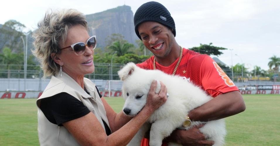 O cachorro foi um presente de aniversário, já que Ronaldinho completa 32 anos nesta quarta-feira