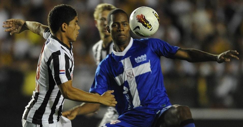Dedé disputa jogada com Gamarra no duelo entre Vasco e Libertad (21/03/12)