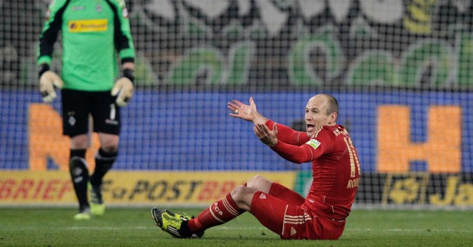 O meia do Bayern de Munique, Robben, reclama da arbitragem durante partida contra o Borussia Moenchengladbach, pela Copa da Alemanha