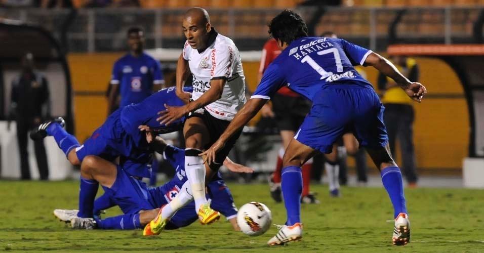 Émerson tenta passar pela marcação na partida entre Corinthians e Cruz Azul (21/03/12)