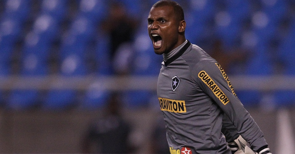 Jefferson vibra após defender pênalti e garantir a classificação do Botafogo (21/03/12)